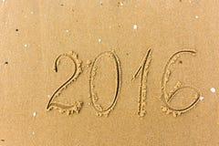 2016 Jaar op het strandzand dat wordt geschreven Royalty-vrije Stock Fotografie