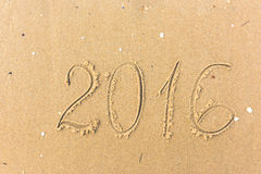2016 Jaar op het strandzand dat wordt geschreven Royalty-vrije Stock Foto's
