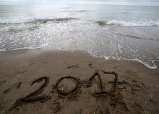 Jaar 2017 op het zand van het overzees royalty-vrije stock fotografie