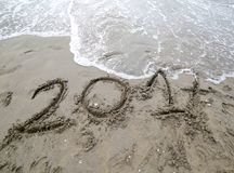 Jaar 2017 op het zand van het overzeese wachten dat door w moet worden geannuleerd Stock Fotografie