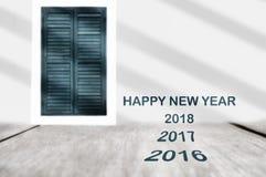 Jaar 2016 2017 2018 op plank en klassieke vensterachtergrond Stock Afbeelding