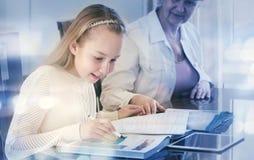 10 jaar oud meisjes en haar leraar Meisjestudie tijdens haar privé-les Concept van een privé-leraar en het onderwijs Royalty-vrije Stock Foto