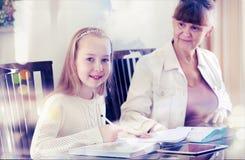 10 jaar oud meisjes en haar leraar Meisjestudie tijdens haar privé-les Concept van een privé-leraar en het onderwijs Royalty-vrije Stock Foto's