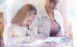 10 jaar oud meisjes en haar leraar Meisjestudie tijdens haar privé-les Concept van een privé-leraar en het onderwijs Royalty-vrije Stock Afbeeldingen