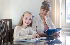 10 jaar oud meisjes en haar leraar Meisjestudie tijdens haar privé-les Concept van een privé-leraar en het onderwijs Stock Foto