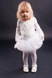 2 jaar oud meisjes in wit Royalty-vrije Stock Afbeeldingen