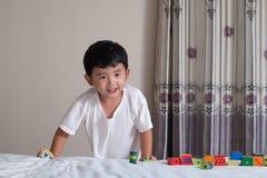 3 jaar oud weinig leuk Aziatisch stuk speelgoed van het jongensspel of vierkant blok puzzl Stock Afbeeldingen