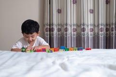 3 jaar oud weinig leuk Aziatisch stuk speelgoed van het jongensspel of vierkant blok puzzl Stock Foto's