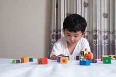 3 jaar oud weinig leuk Aziatisch stuk speelgoed van het jongensspel of vierkant blok puzzl Royalty-vrije Stock Foto's