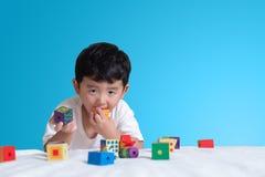 3 jaar oud weinig leuk Aziatisch stuk speelgoed van het jongensspel of vierkant blok puzzl Royalty-vrije Stock Fotografie