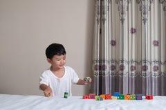 3 jaar oud weinig leuk Aziatisch stuk speelgoed van het jongensspel of vierkant blok puzzl Royalty-vrije Stock Afbeeldingen