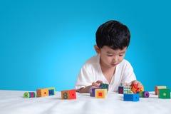 3 jaar oud weinig leuk Aziatisch stuk speelgoed van het jongensspel of vierkant blok puzzl Royalty-vrije Stock Afbeelding