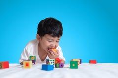3 jaar oud weinig leuk Aziatisch stuk speelgoed van het jongensspel of vierkant blok puzzl Stock Foto