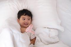 3 jaar oud weinig leuke Aziatische jongen thuis op het bed, jong geitje het liggen Stock Afbeelding