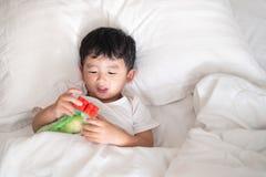 3 jaar oud weinig leuke Aziatische jongen thuis op het bed, jong geitje het liggen Royalty-vrije Stock Foto