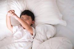 3 jaar oud weinig leuke Aziatische jongen thuis op het bed, jong geitje het liggen Royalty-vrije Stock Afbeeldingen