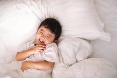3 jaar oud weinig leuke Aziatische jongen thuis op het bed, jong geitje het liggen Royalty-vrije Stock Fotografie