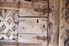 600 jaar oude houten deuren met het werk en het slot van het metaalkader Royalty-vrije Stock Afbeeldingen