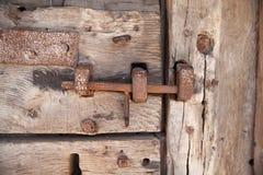 600 jaar oude houten deuren met het werk en het slot van het metaalkader Royalty-vrije Stock Fotografie