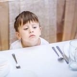 3 jaar oude jongens bij een lege lijst Stock Fotografie