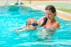 5 jaar oude jongens die leert te zwemmen Stock Foto