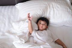 3 jaar oude kleine zieken of ziekte Aziatische jongen thuis op het bed, Stock Afbeelding