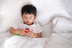 3 jaar oude kleine zieken of ziekte Aziatische jongen thuis op het bed, Stock Fotografie