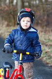 2 jaar oude peuter die op zijn eerste fiets berijdt Royalty-vrije Stock Afbeeldingen