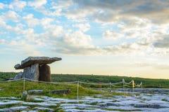 5000 jaar oude Polnabrone-Dolmen in Burren, Nationale Parkzonsondergang Stock Foto