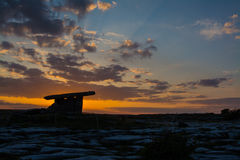 5000 jaar oude Polnabrone-Dolmen in Burren, Nationale Parkzonsondergang Royalty-vrije Stock Foto's