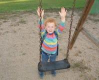 5 jaar oude redheaded gelukkige jongens met omhoog handen stock afbeeldingen