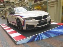 100 jaar van BMW Het warenhuis van de staat moskou Wit BMW M4 Sportreeks Stock Fotografie