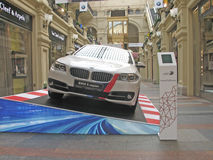 100 jaar van BMW Het warenhuis van de staat moskou Wit BMW 3 reeks Royalty-vrije Stock Foto