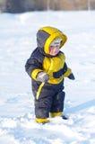 1 jaarbaby die in de winter in openlucht lopen Stock Afbeeldingen
