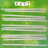 2017 Jaarkalender met document stroken op blije groene achtergrond Stock Afbeelding