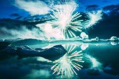Jaarlijks toont Elk jaarvuurwerk in de Gletsjerlagune IJsland stock foto