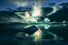 Jaarlijks toont Elk jaarvuurwerk in de Gletsjerlagune IJsland stock afbeelding