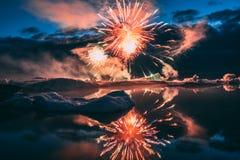 Jaarlijks toont Elk jaarvuurwerk in de Gletsjerlagune IJsland royalty-vrije stock afbeeldingen