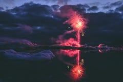 Jaarlijks toont Elk jaarvuurwerk in de Gletsjerlagune IJsland royalty-vrije stock foto