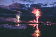 Jaarlijks toont Elk jaarvuurwerk in de Gletsjerlagune IJsland royalty-vrije stock foto's