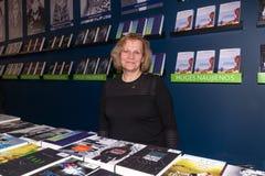 Jaarlijkse traditionele Vilnius-Boekenbeurs '20 jaar na ' Het personeel van de uitgever legt en verkoopt het publiceren boeken vo stock afbeelding