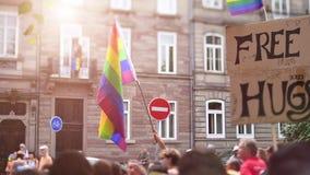 Jaarlijkse vrolijke trotsparade met duizenden van Europa van de Burgers cinematic gloed stock videobeelden