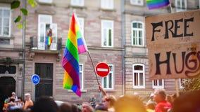 Jaarlijkse vrolijke trotsparade met duizenden van Europa van de Burgers stock video