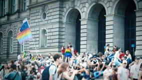 Jaarlijkse vrolijke trotsparade met duizenden van Europa van de Burgers stock videobeelden