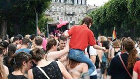 Jaarlijkse vrolijke trotsparade met duizenden van Europa van de Burgers stock footage