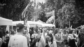 Jaarlijkse vrolijke trotsparade met zwart-witte duizenden van Europa van de Burgers stock footage