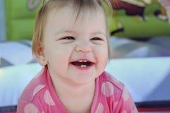 1 jaarmeisje die in pretparken glimlachen Stock Afbeelding