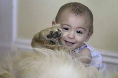 1 jaarmeisje en Hond Royalty-vrije Stock Afbeelding