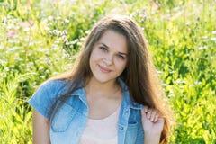 15 jaarmeisje met lang bruin haar op de zomeropen plek Stock Fotografie