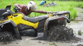 Jabárovsk, Rusia - 5 de agosto de 2018: Conduzca ATV a través de pantano, del agua, del fango y del fango C?mara lenta metrajes